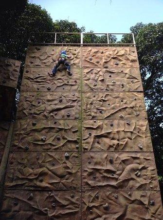 Mexico Verde Resort de Aventura: mi chiquita en el muro de escalada!