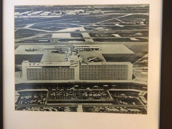 Miami International Airport Hotel: Quadro no quarto mostrando foto da inauguração do hotel/aeroporto