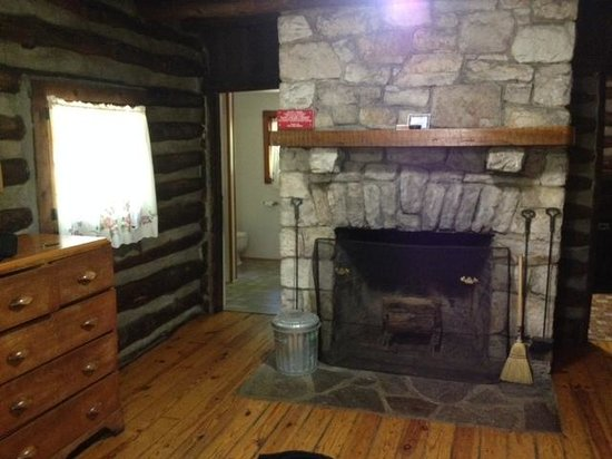 Berkeley Springs, Virginia Occidental: Fireplace & Bathroom w/shower