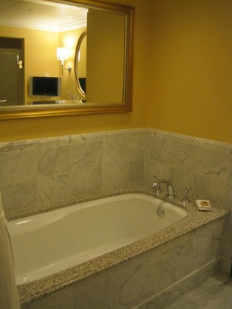 Four Seasons Hotel Westlake Village: Giant bathtub! Note the (rather silly but hey, amenities) television in the bathroom.
