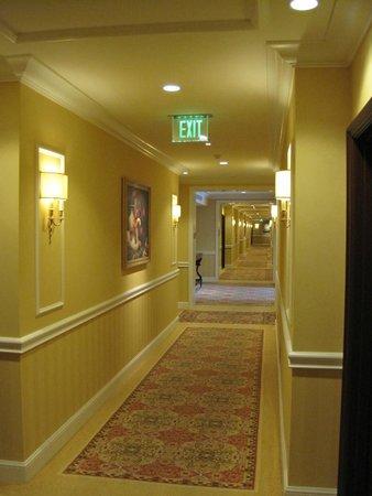 Four Seasons Hotel Westlake Village: Even the hallways are elegant.
