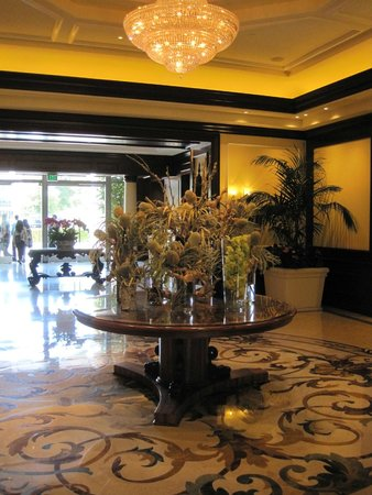 Four Seasons Hotel Westlake Village: Front table in the fancy lobby.