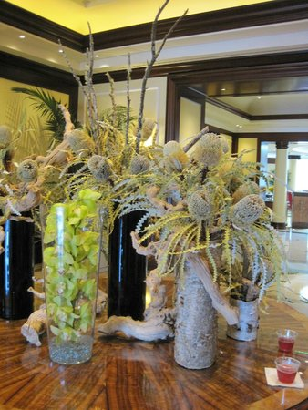 Four Seasons Hotel Westlake Village: Lobby floral arrangement, with courtesy iced tea.