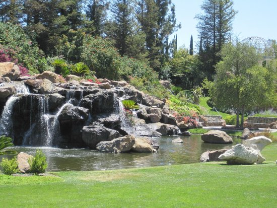 Four Seasons Hotel Westlake Village: The waterfall on the landscaped grounds.