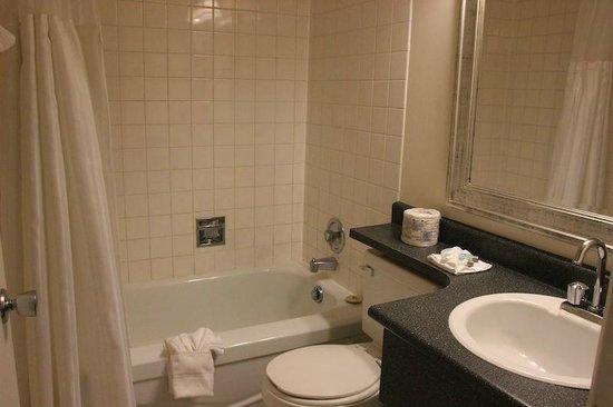 Arbutus Inn: Clean bathroom