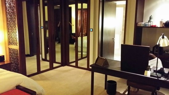 The Palace Downtown Dubai: The bedroom suit 518
