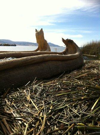Uros Tupirmarka Lodge: Embarcações utilizadas pelos nativos da ilha