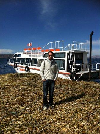 Uros Tupirmarka Lodge: Barco que nos leva até a ilha