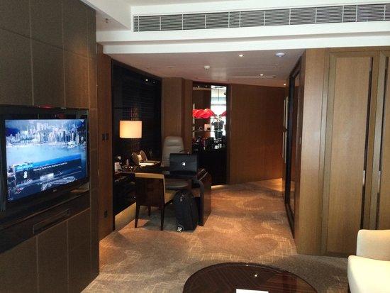 The Ritz-Carlton, Hong Kong : Corner room entrance and desk with B&O iPod player