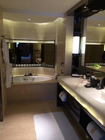 The Ritz-Carlton, Hong Kong : Bathroom