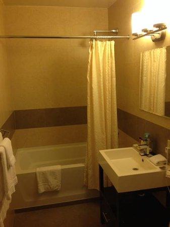 Pointe Plaza Hotel: バスルーム