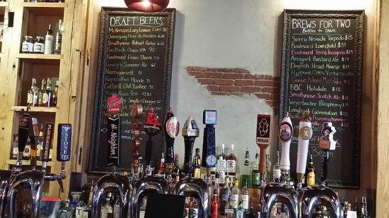 Plan B Burger Bar : Lots of beer taps