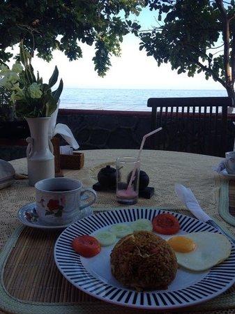 Cleopatra Beach Bungalows : Rico desayuno con vistas al mar