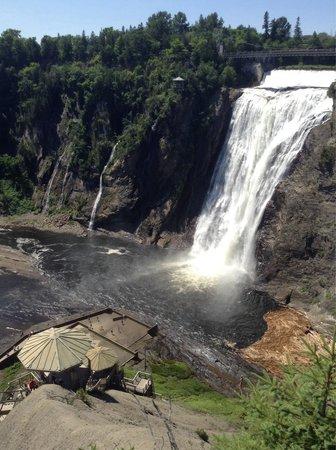 Parc de la Chute-Montmorency: Cascadas desde escaleras