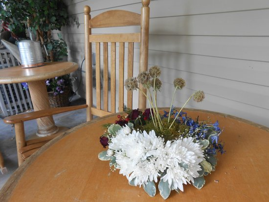 Hostel Boise: Flower arrangement on table on front porch. Elsa brought this over to us to enjoy with our guest