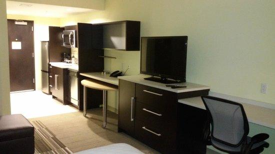 Home2 Suites Rahway : móvel com mto espaço que continua com a parte da cozinha