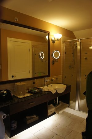 Summerland Waterfront Resort & Spa: upstairs bathroom (there is a tub too)