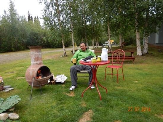 Cathedral Creeks Bed & Breakfast and Campground: Relaxing around the fire..