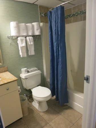 Atlantic Oceanside Hotel and Event Center: Bathroom
