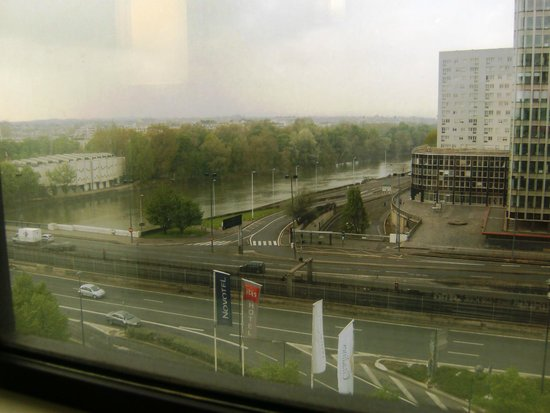 Ibis Paris La Defense Centre: Вид на Сену из окна