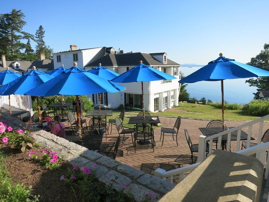 Atlantic Oceanside Hotel and Event Center: Outdoor patio and another building with rooms