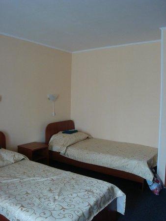 Baikal Hotel: кровати (номер трезместный в блок)
