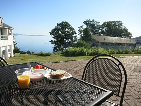 Atlantic Oceanside Hotel and Event Center: Eating breakfast on the patio