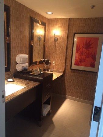 Hilton Anatole: Our bathroom - left side