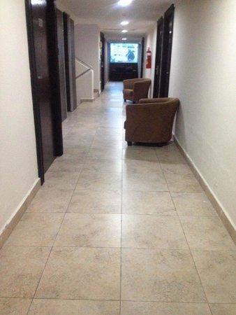 Hotel Terranova: pasillo,falta limpieza
