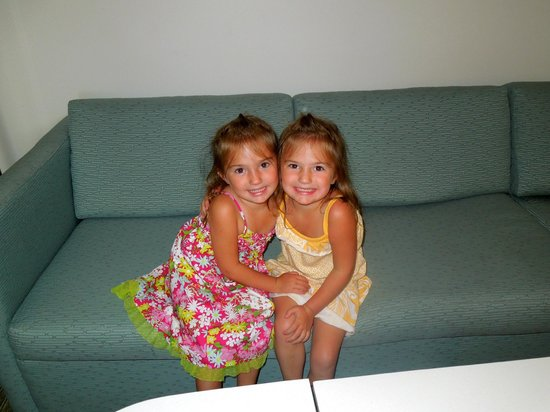 SpringHill Suites Pittsburgh Bakery Square: The girls hanging on the couch!
