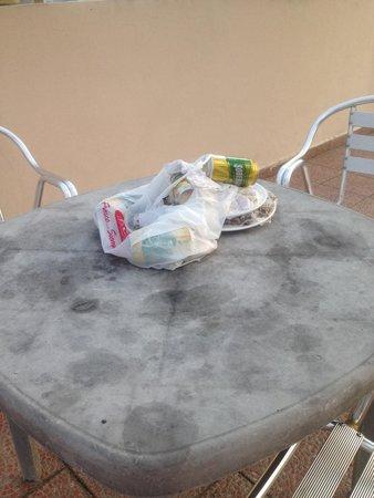 Hotel Terranova: basura en zona de la piscina