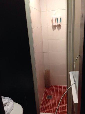 Bridal Tea House Hotel Hung Hom - Winslow Street : Bathroom - utilitarian. No complaints