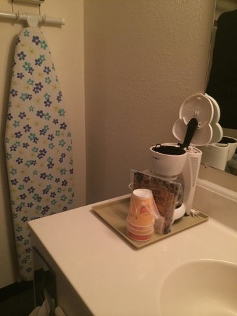 Maggie Valley Creekside Lodge: Coffee maker and Ironing Board
