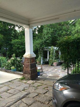 1890 Williams House Inn: outdoor area
