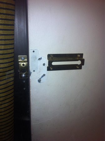 Americana Inn & Suites : No chain for the door on a ground level room!
