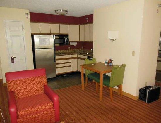 Residence Inn Davenport: The kitchen area