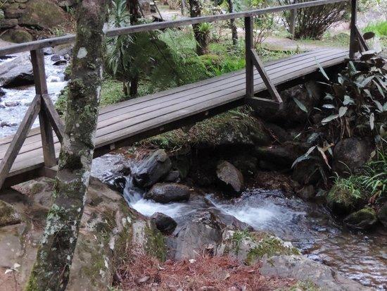 Pousada Canto das Aguas: Ponte que liga Chalés a Sede