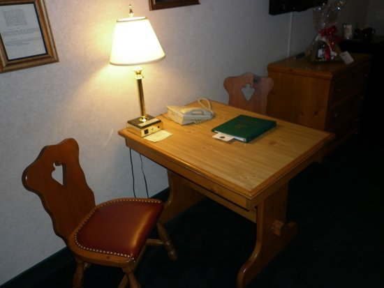 Bavarian Inn Lodge: Table and chairs in suite