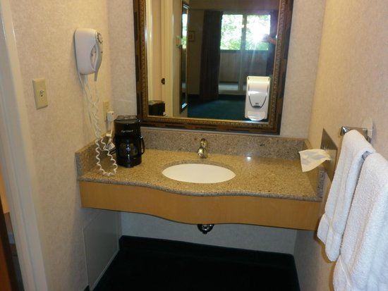 Bavarian Inn Lodge: Second bathroom vanity