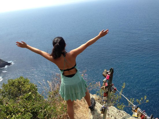 Footpath Monterosso - Vernazza: Feels like the edge of the world. This point is closer to Vernazza.
