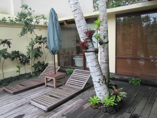 Komaneka at Bisma: Picture of deck area outside of room