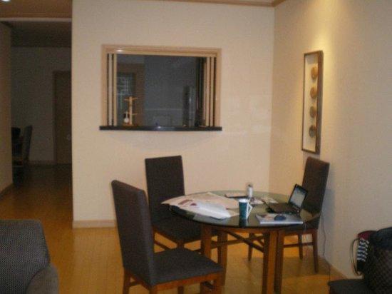 Orakai Insadong Suites: 独立したキッチン(カウンターの中)