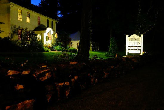 The Williamsville Inn: The Inn at night.