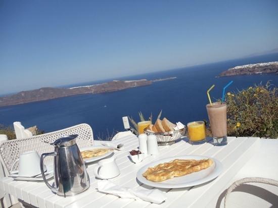White Santorini Suites & SPA: breakfast on the patio