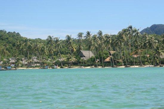 Phi Phi Island Village Beach Resort : Vista del Hotel/Cabañas desde el mar.