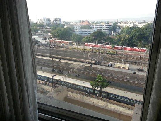 Sheraton Grand Pune Bund Garden Hotel: Train station next door