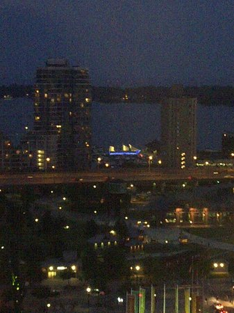InterContinental Toronto Centre : Harborfront at night from room