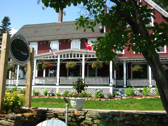 The Lake House at Ferry Point: B & B