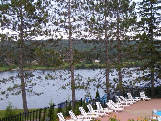 Couples Resort: View overlooking the pool and the lake