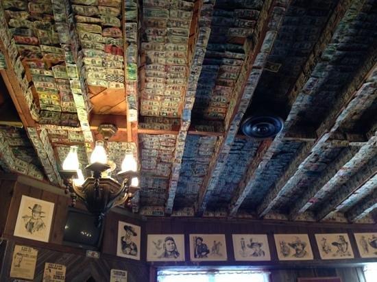 Calamity Jane's Hamburger Restaurant: dollar bills on the ceiling and walls